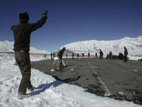 ※写真/雪の中クリケットに興じる軍人