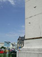 ※写真/宮殿前広場の銃痕