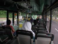 国境に向かうバス。アジアの他の国境のように騒がしくないっす