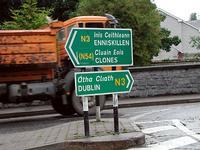 道半ばの街の標識である