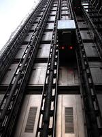 エレベーターがぐぃ〜んと動く